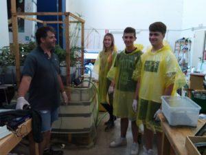 Gli studenti vestiti per poter operare su una vasca acquaponica popolata di carpe Koi
